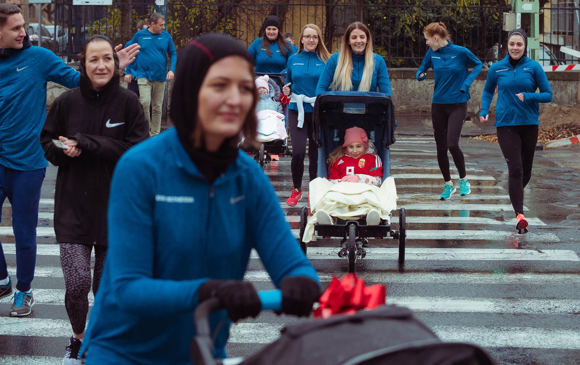 A különleges kezdeményezéshez hat speciális futóbabakocsit kapott a Bethesda Gyermekkórház a Játékidő Alapítványtól